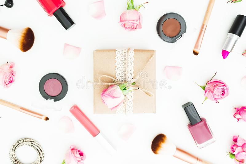 Состав красоты с подарочной коробкой, розовыми розами, косметиками, дневником на белой предпосылке Взгляд сверху Плоское положени стоковая фотография