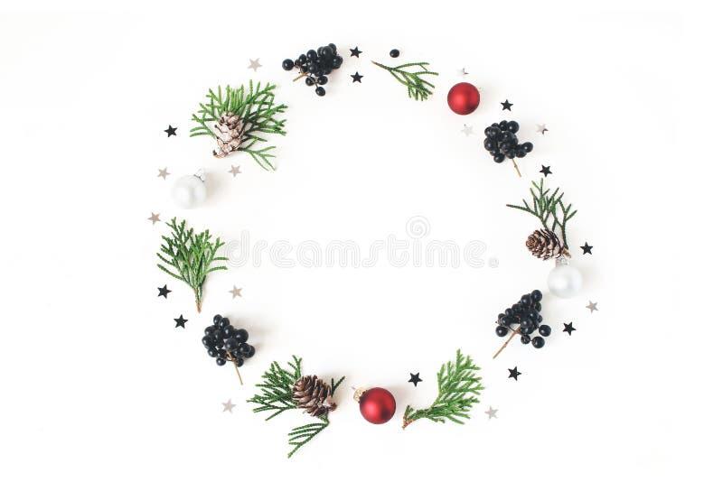 Состав круга рождества флористический Венок зеленых ветвей кипариса, конусов лиственницы, шариков стекла рождества, безделушек стоковое фото