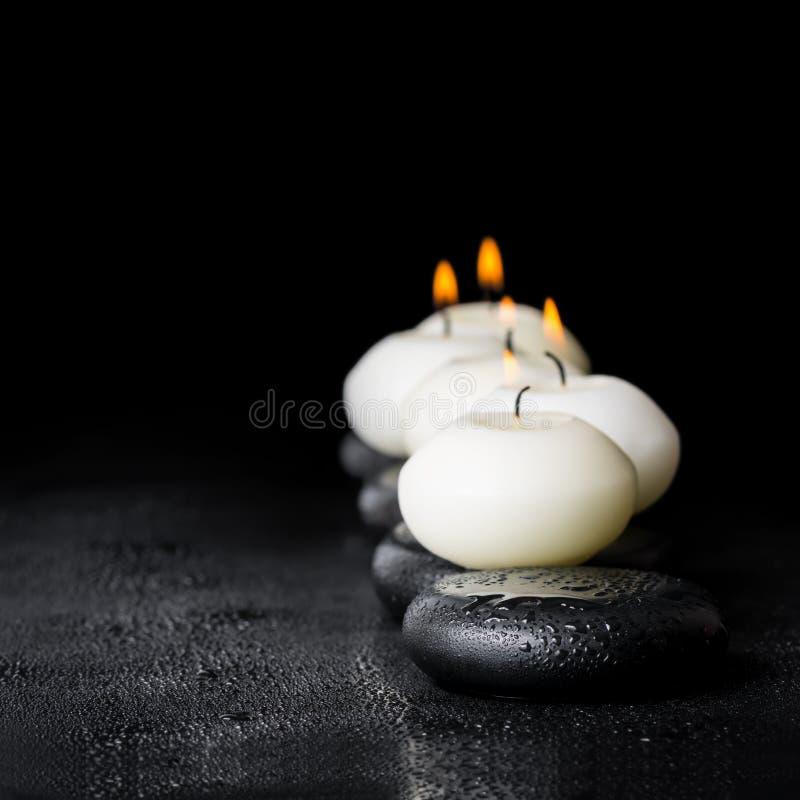 Состав курорта белых свечей на камнях Дзэн с росой воды дальше стоковые фото