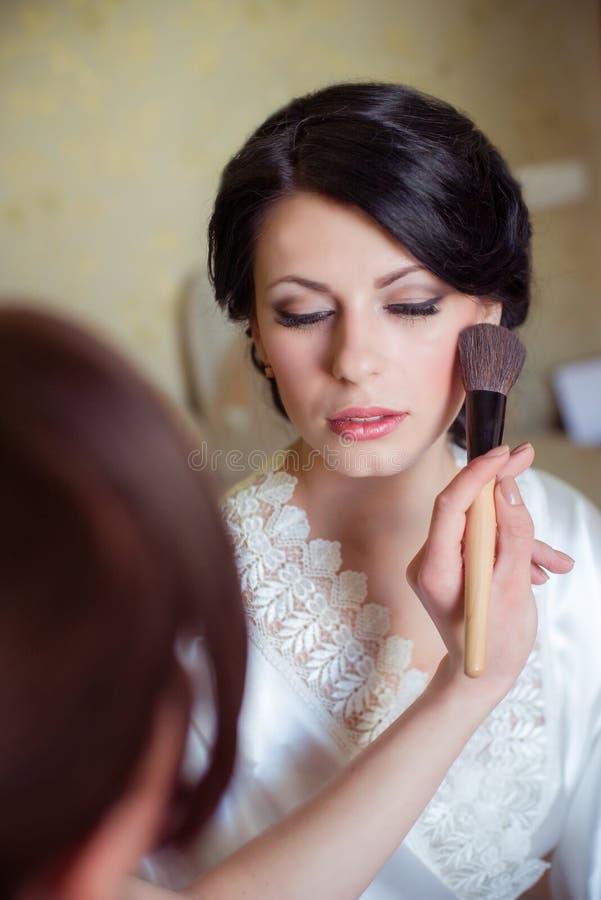 Состав невесты прикладной в утре стоковые фото