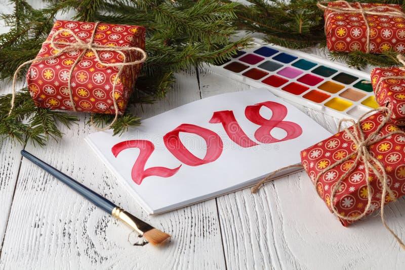 Состав Нового Года с елями, конусами с надписью 2018 стоковое изображение