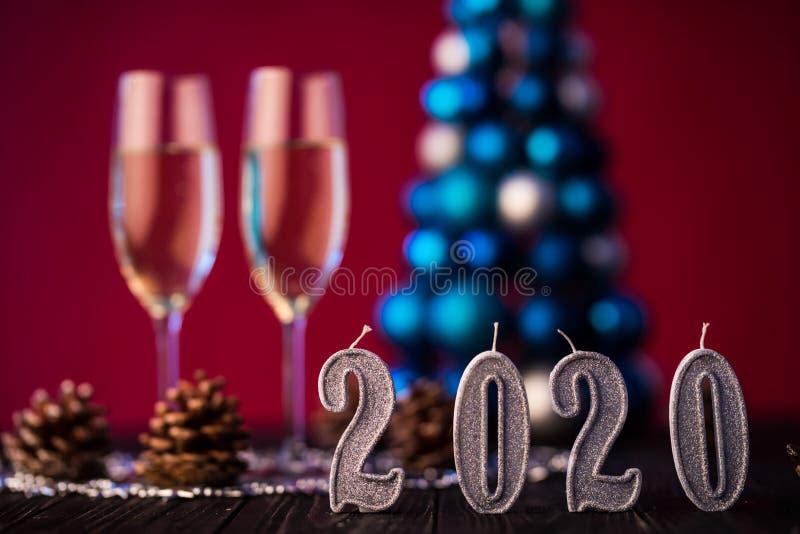 Состав 2020 Нового Года с шампанским и космос для текста против запачканных светов и дерева рождества Концепция Нового Года и Xma стоковое изображение rf
