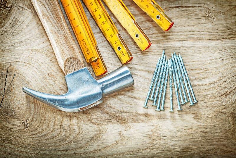 Состав ногтей деревянного метра молотка с раздвоенным хвостом нержавеющих на древесине стоковые фото