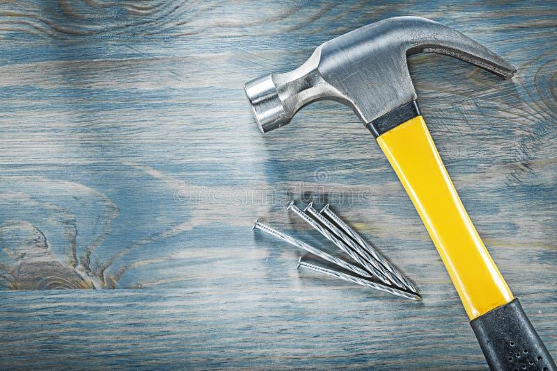 Состав ногтей молотка с раздвоенным хвостом нержавеющих на const деревянной доски стоковое изображение rf