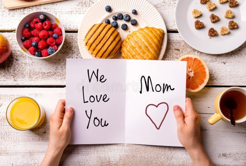 Состав дня матерей Поздравительная открытка и еда завтрака стоковое изображение
