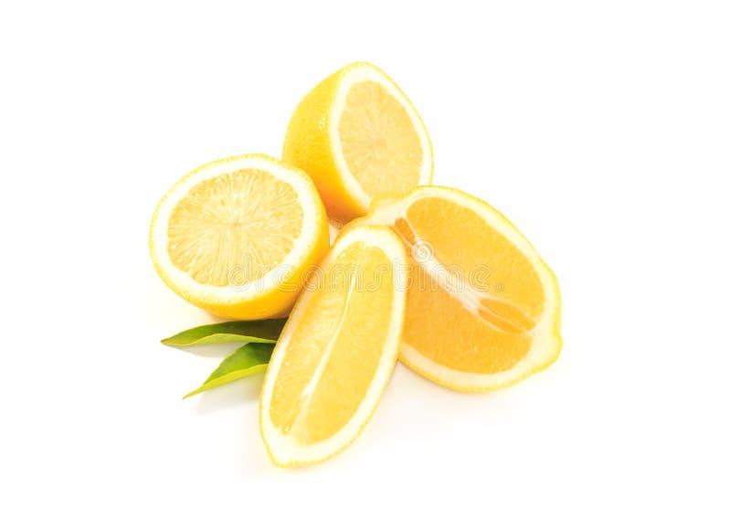 Состав очень вкусных лимонов плодоовощ желтого цвета цитруса и листьев зеленого цвета на белизне стоковое изображение