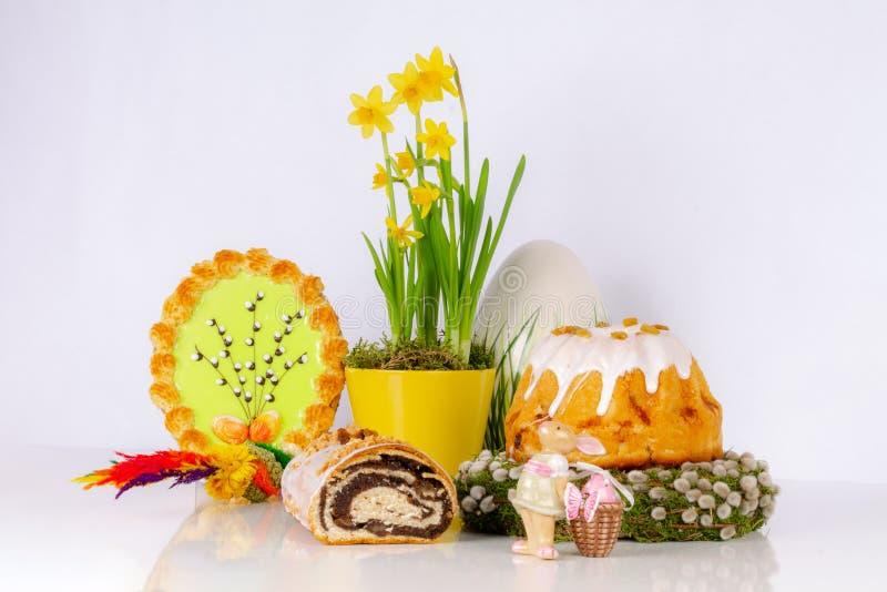 Состав пасхи с тортами дрожжей стоковое фото