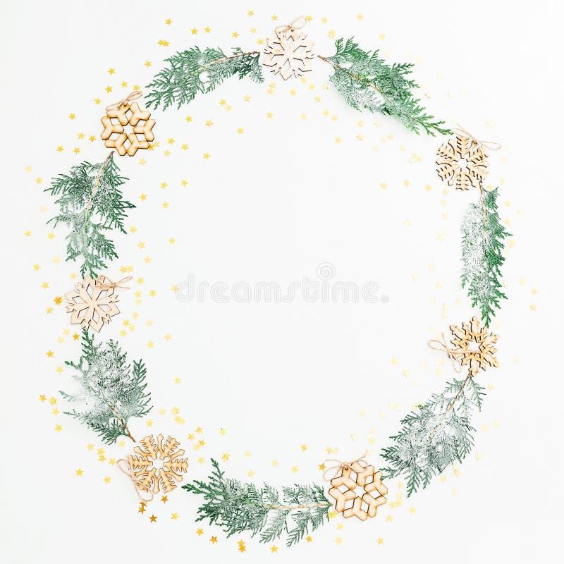 Состав рамки рождества сделанный ели разветвляет, украшение дерева с золотым confetti на белой предпосылке Плоское положение, взг стоковое фото
