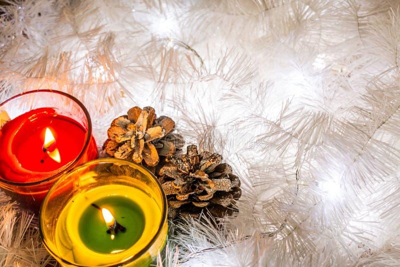 Состав рождества белых ювелирных изделий Сусаль, конусы, фонарики и свечи Снег белого рождества Сияющие украшения праздника в wa стоковая фотография rf