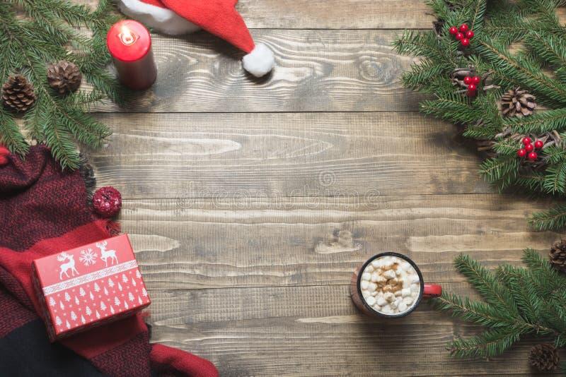 Состав рождества венка, checkered pleid, чашки кофе на деревянной доске Взгляд сверху скопируйте космос стоковые фотографии rf