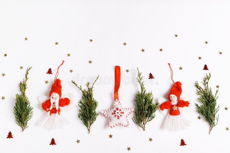 Состав рождества домодельных ангелов и рождественская елка на белой предпосылке Взгляд сверху, плоское положение, космос экземпля стоковая фотография