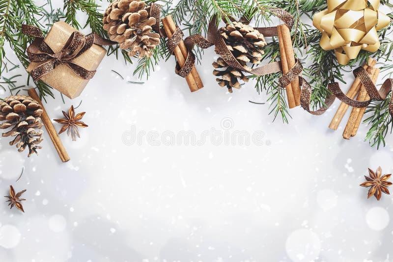 Состав рождества и Нового Года Подарочная коробка с лентой, елью разветвляет с конусами, анисовкой звезды, циннамоном на белой пр