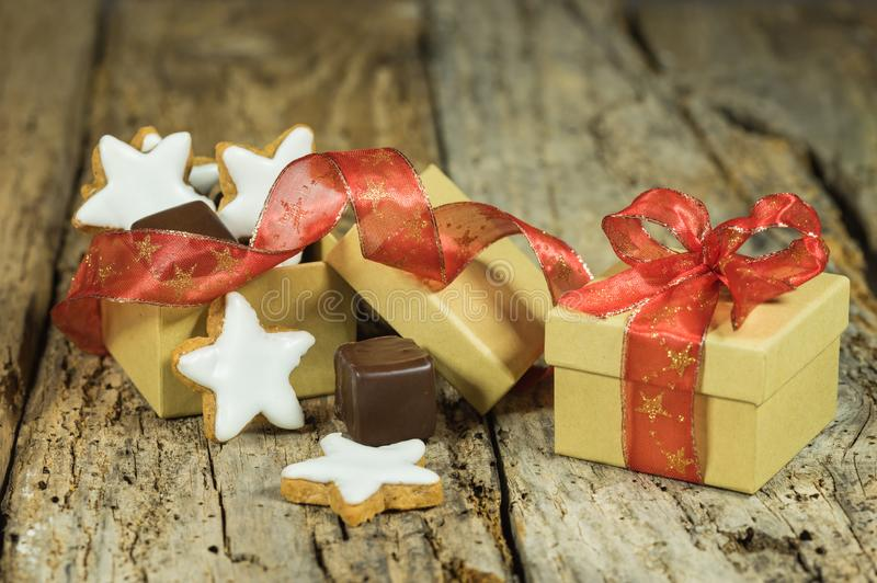 Состав рождества печений звезды и сладкого шоколада в подарочной коробке на деревянном столе стоковое фото