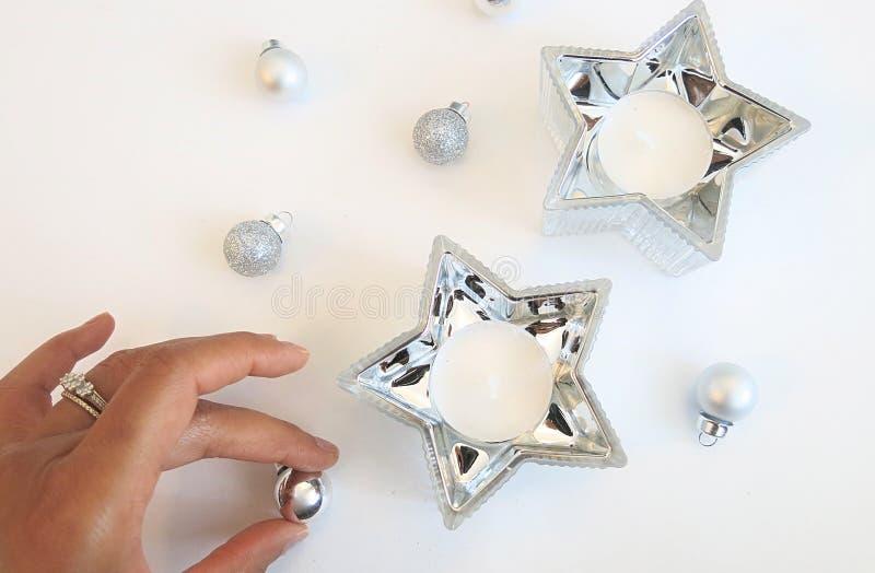 Состав рождества серебряных орнаментов и серебряного украшения свечи звезды стоковое фото rf