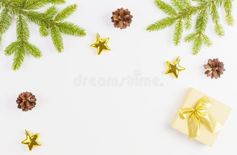 Состав рождества с зеленой ветвью ели, подарками Xmas и украшением на белой предпосылке Взгляд сверху, плоское положение стоковое изображение rf