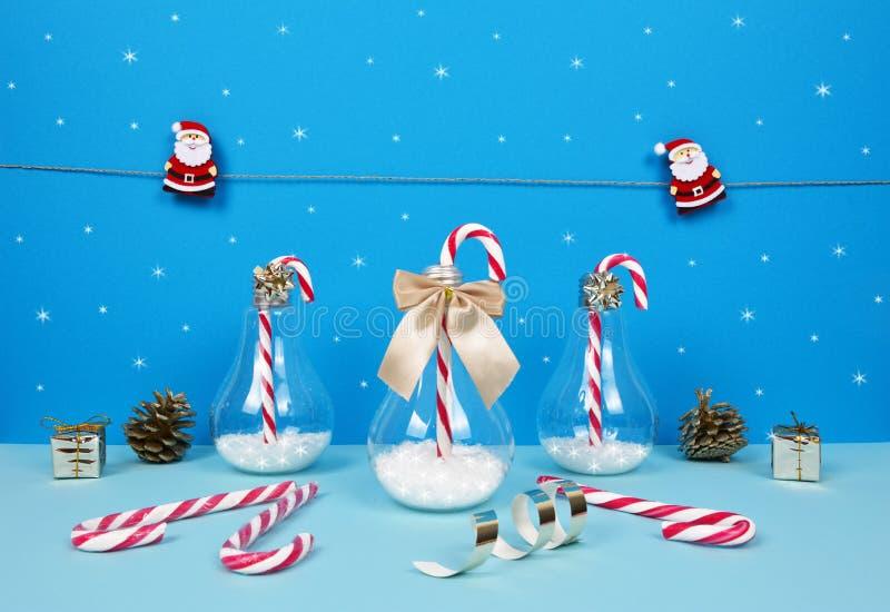 Состав рождества с Сантой, подарками и тросточками конфеты стоковая фотография rf