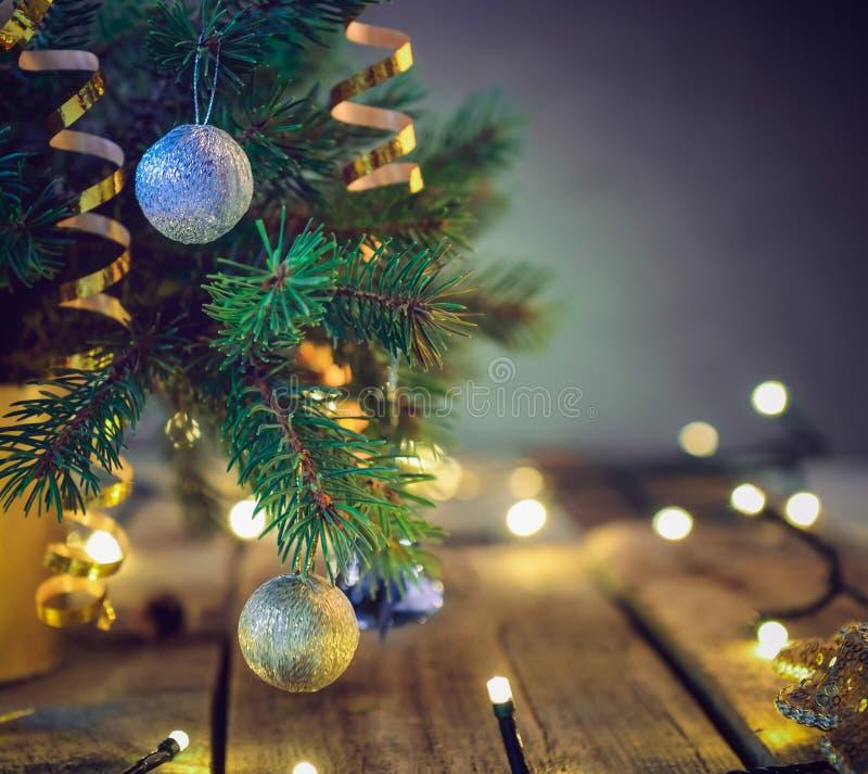 Состав рождественской елки в вазе с украшениями и светами на деревянной винтажной таблице Ретро предпосылка рождества стиля S стоковые фотографии rf