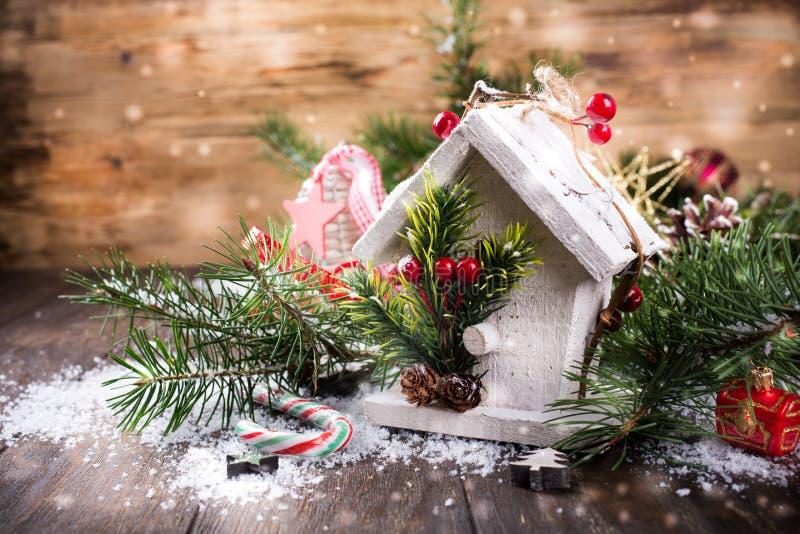 Состав рождества с белым деревянным домом, стоковое изображение