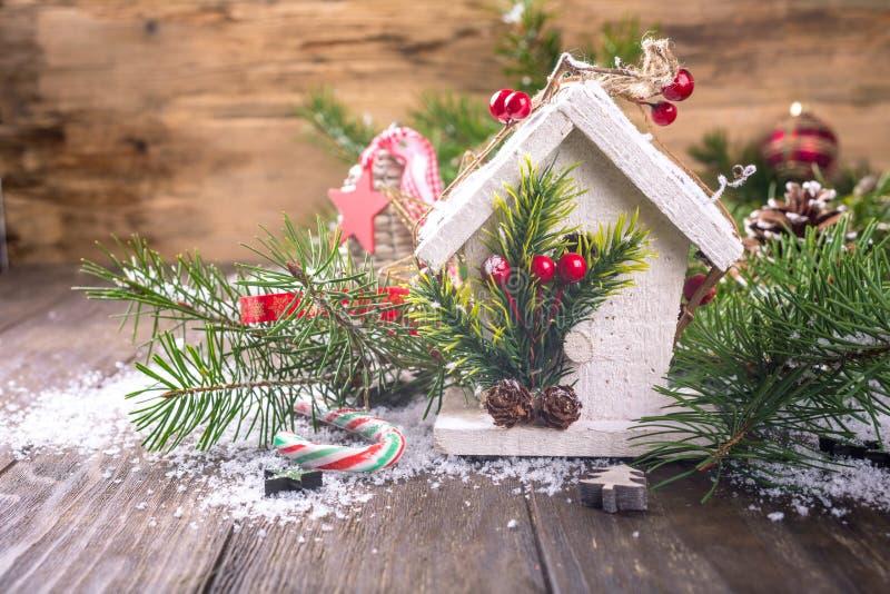 Состав рождества с белым деревянным домом, стоковая фотография rf