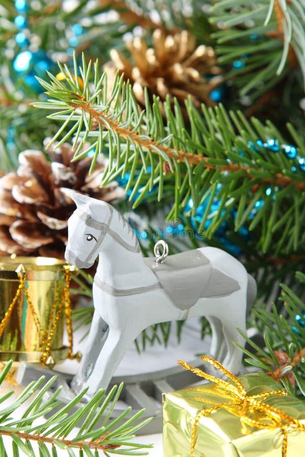 Состав рождества с лошадью деревянной игрушки тряся стоковые изображения
