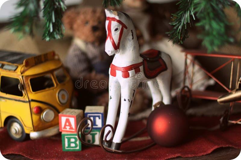 Состав рождества с лошадью деревянной игрушки тряся стоковые фотографии rf