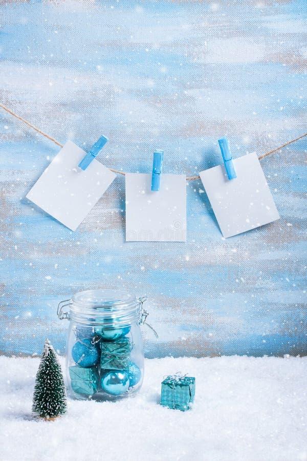 Download Состав рождества: украшения, дерево, подарок и фото Стоковое Фото - изображение насчитывающей фото, bluets: 81802852