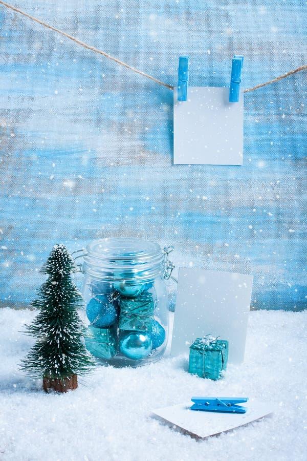 Download Состав рождества: украшения, дерево, подарок и фото Стоковое Фото - изображение насчитывающей vintage, зима: 81803048