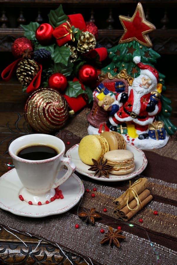 Состав рождества: чашка черного кофе и сладостных macaroons стоковая фотография rf