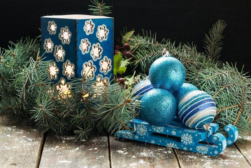 Состав рождества шариков рождества на скелетоне, и candlest стоковая фотография rf