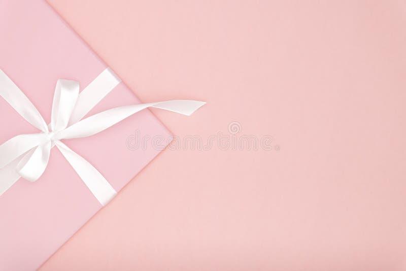Состав розового подарка или присутствующей коробки плоский положенный на день Валентайн или женщины день, день рождения поздравит стоковые изображения rf