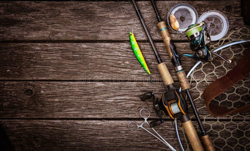 Состав рыболовных снастей, деревянная предпосылка стоковая фотография rf