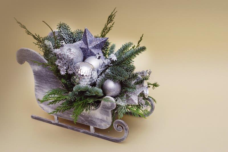 Состав саней украшений рождества с елью Branche и серебром Baubbles или глобусами стоковые изображения rf