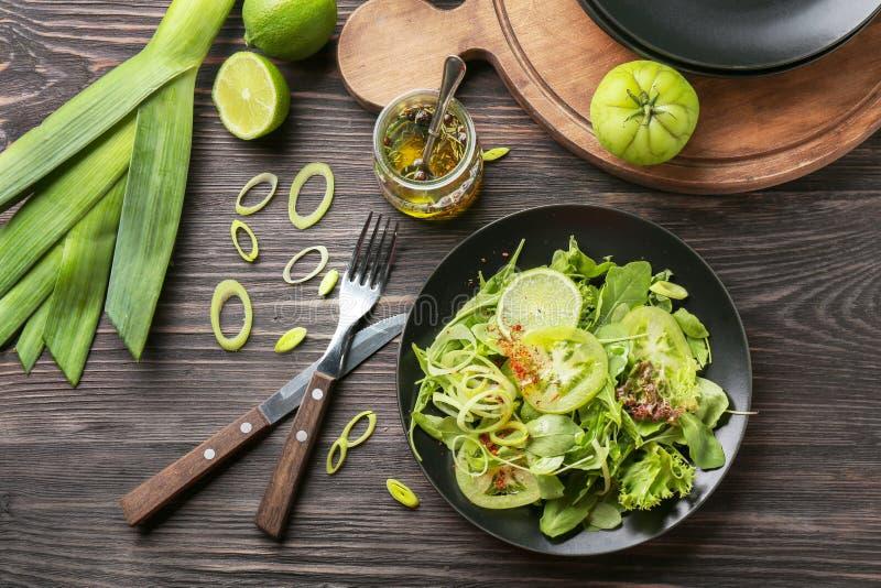 Состав со здоровым салатом овоща на деревянном столе стоковое фото rf