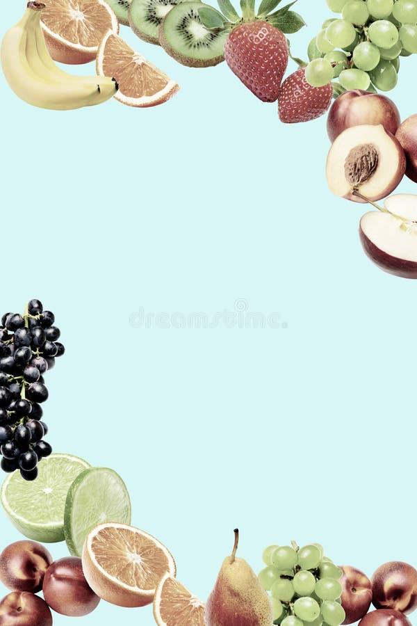 Состав с большим разнообразием различных плодов в более низких и верхних углах рамки Место для текста в середине стоковое фото