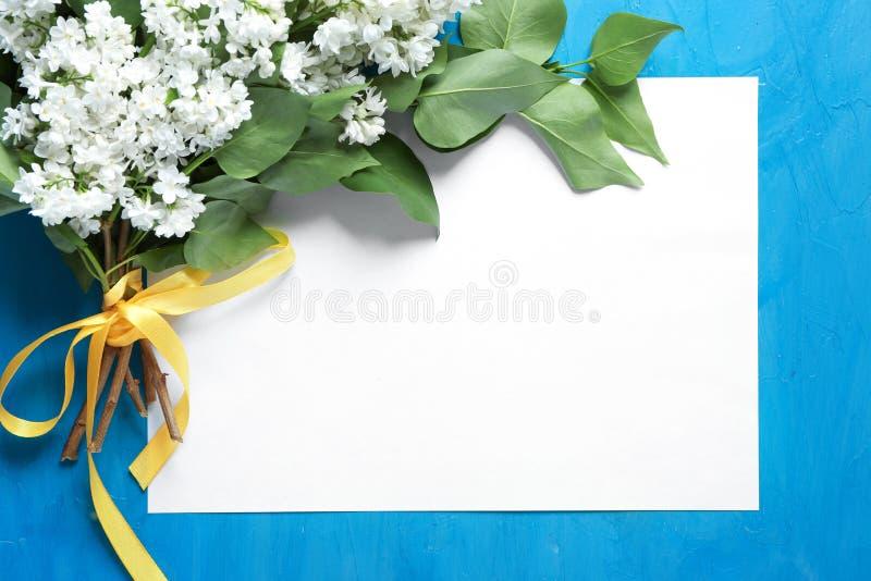 Состав с букетом цвести сирени и пустой карты на предпосылке цвета стоковое изображение rf