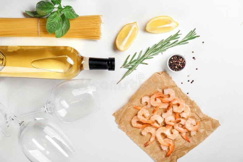 Состав с вином и ингридиентами для макаронных изделий креветки стоковое изображение rf