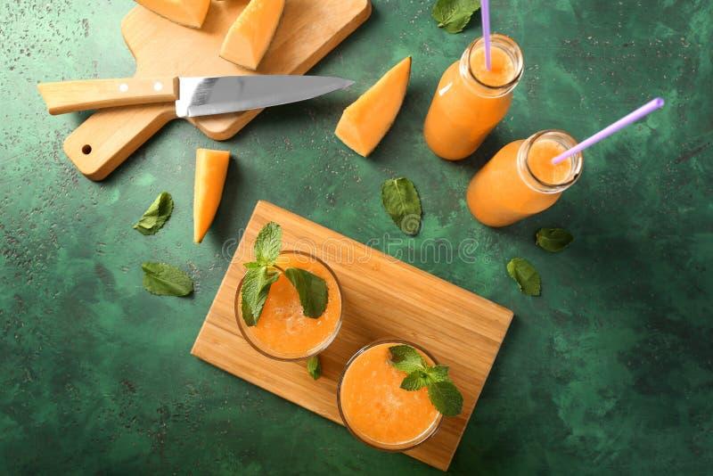 Состав с вкусным smoothie дыни на таблице стоковые фотографии rf