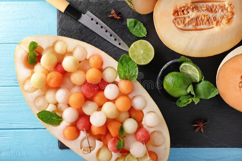 Состав с десертом дыни на деревянном столе цвета стоковое изображение