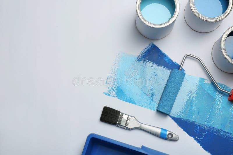 Состав с консервными банками краски на белой предпосылке стоковая фотография