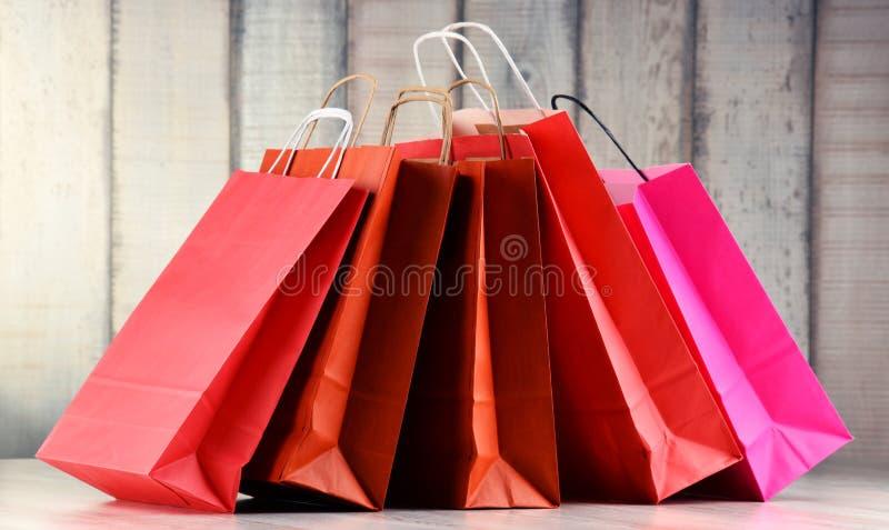 Состав с красными бумажными хозяйственными сумками стоковые фотографии rf