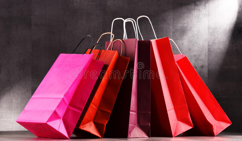 Состав с красными бумажными хозяйственными сумками стоковые фото