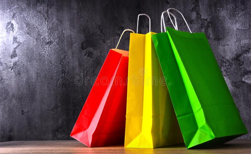 Состав с красочными бумажными хозяйственными сумками стоковое фото rf
