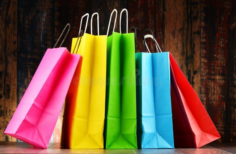 Состав с 5 красочными бумажными хозяйственными сумками стоковые изображения rf