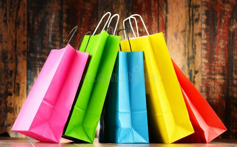 Состав с 5 красочными бумажными хозяйственными сумками стоковое фото