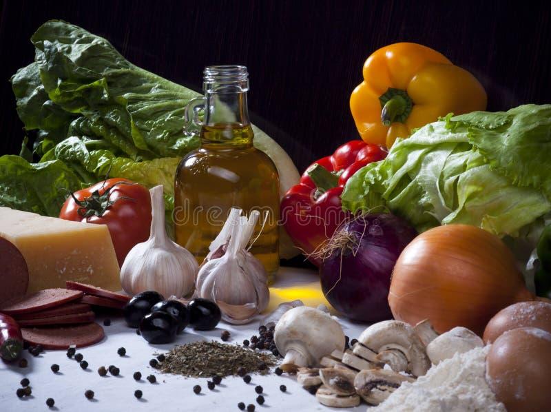 Состав с овощами, оливка o натюрморта пищевых ингредиентов стоковая фотография