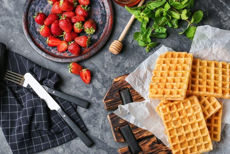 Состав с очень вкусными бельгийскими вафлями и клубниками на таблице стоковые изображения rf