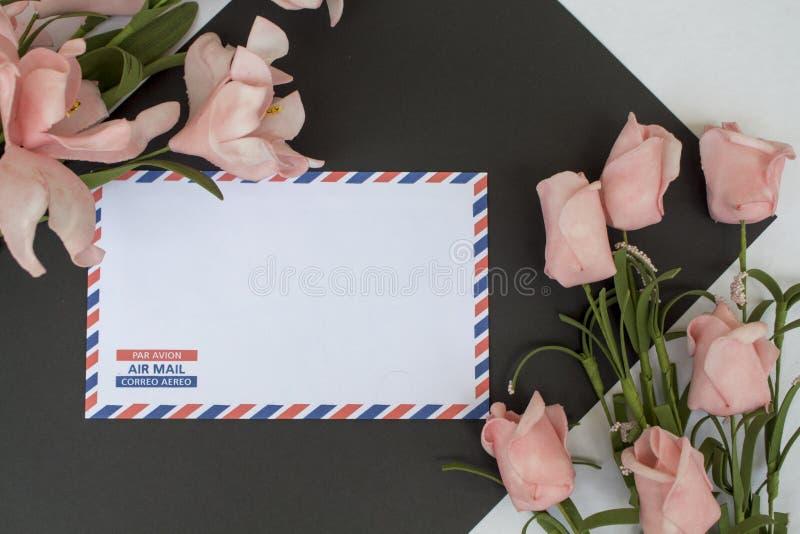 Состав с письмом и цветки на белой предпосылке украшение цветет весна стоковое изображение