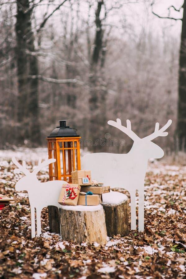 Состав с подарками рождества в лесе стоковое фото rf