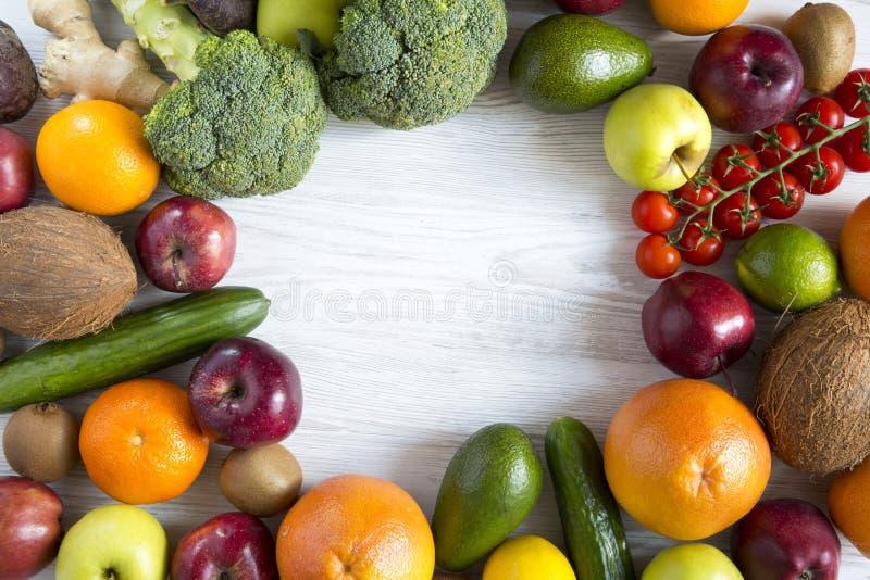 Состав с различными свежими органическими фруктами и овощами стоковое фото