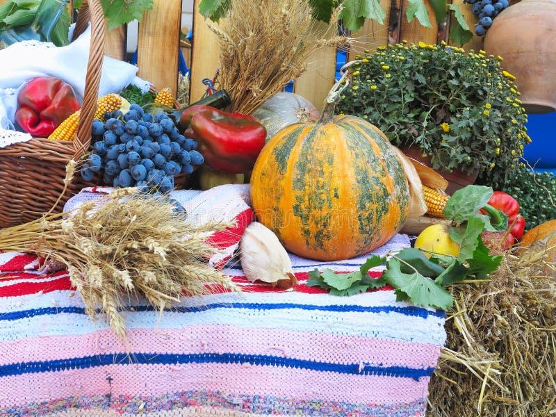 Состав с разнообразие органическими овощами и плодоовощами сверх стоковая фотография rf